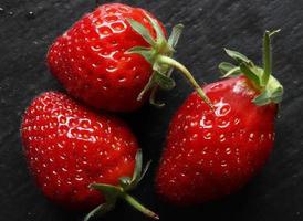 drie aardbeien op leisteen