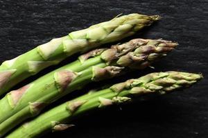 drie groene asperges foto