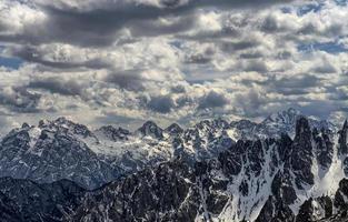 met sneeuw bedekte bergen in de Dolomieten