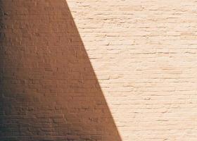 bruine bakstenen muur overdag foto