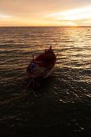 vissersboot op meer bij zonsondergang