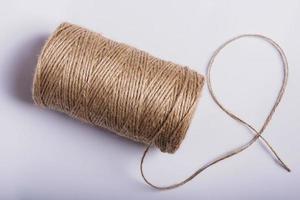 touw spoel geïsoleerd op een witte achtergrond foto