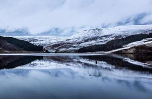 met sneeuw bedekte heuvels met duivels foto