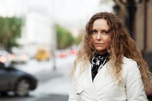 mooie vrouw in het wit op de straat in de stad