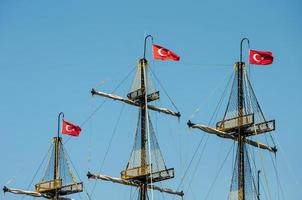 Turkse vlaggen op masten foto