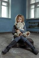 eenzaam meisje, zittend op de koffer