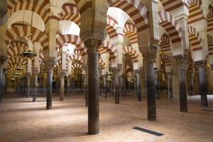 kolommen van de kathedraal van la mezquita (moskee van cordoba) foto