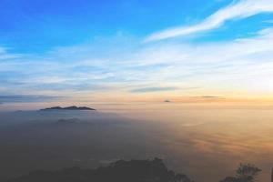 mistige zonsondergang over de zee