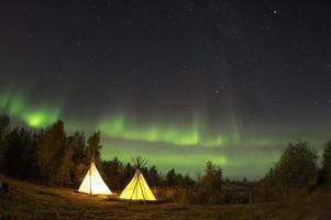 kampeertent in het bos tijdens middernacht