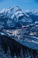 dorp dichtbij besneeuwde bergen