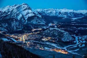 besneeuwde berglandschap 's nachts