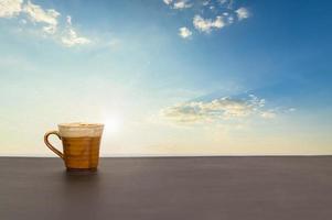 koffiemok op tafel met uitzicht op de lucht en de wolken