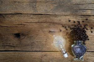 gloeilamp en koffiebonen op het bureau