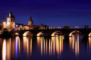 Karelsbrug 's nachts in Praag, Tsjechië