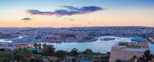 panoramisch uitzicht op malta en de muren van valletta in de schemering