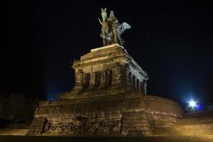 deutsches eck koblenz duitsland 's nachts