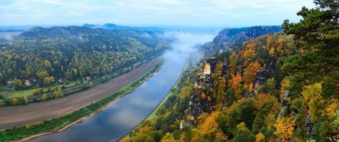 Saksisch Zwitserland. Elbe uitzicht op de rivier vanaf kasteel Koenigstein