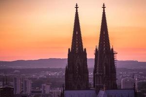 keulen kathedraal tops bij zonsondergang foto
