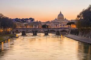 zonsondergang bij st. peter's kathedraal in rome, italië