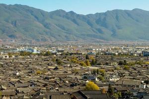 het dak van het uitzicht op de bergen van de stad Lijiang