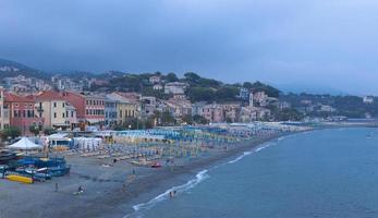 schilderachtig uitzicht op kleurrijke dorp en oceaankust in Ligurië foto