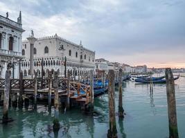 venetië, italië - gondels afgemeerd aan de lagune. graaf