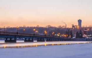 brug stadslandschap in besneeuwde winternacht