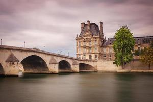 pont du carrousel in parijs vanaf de rivier de seine foto