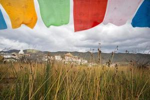 Tibetaans boeddhistisch klooster met vlag voorgrond