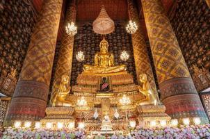 mooi beeld van Boedha in phra ubosot bij wat hong rattanaram foto