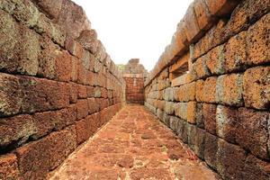 de muur van prasat hin phanom trede foto
