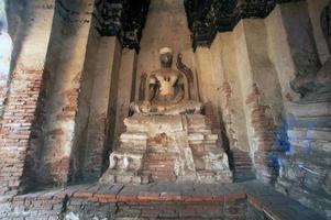 oude boeddha in wat chaiwatthanaram, ayutthaya historisch park van thailand. foto