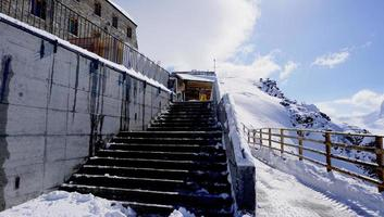 trap van het gebouw op het station van gornergrat foto