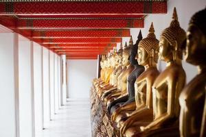 Boeddhabeeld in de tempel in bangkok foto
