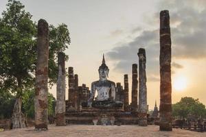 oude tempel in het historische park van Sukhothai