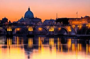 zicht op tiber en st. peter's kathedraal bij nacht, rome foto