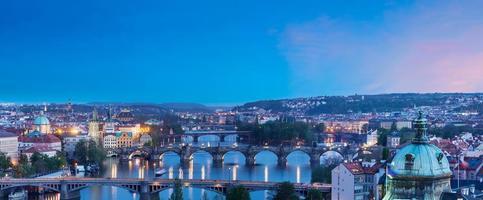panoramisch uitzicht op de bruggen van Praag over de rivier de Moldau