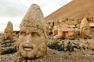 sculpturen van het commagene koninkrijk, de berg nemrut foto