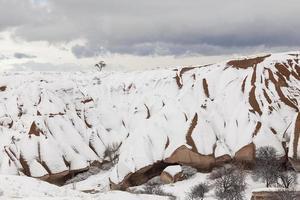 grotstad in Cappadocië, winter-- stockafbeelding
