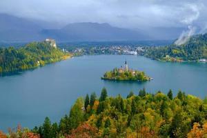 meer van Bled en het eiland met de kerk in de herfst foto