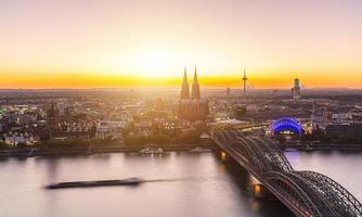 uitzicht op Keulen bij zonsondergang