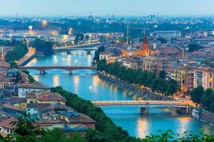 rivier de adige en bruggen in verona 's nachts, Italië