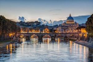st. peter's basiliek in de schemering in rome, italië foto