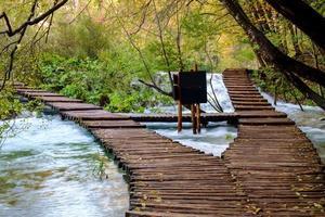 houten pad in het nationaal park Plitvice in de herfst foto