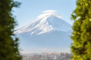 mount fuji en groene boomvoorgrond in kawaguchiko japan foto