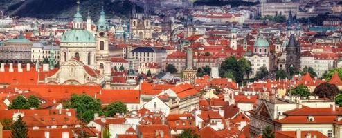 panorama van praag met praag kasteel, rode daken van praag