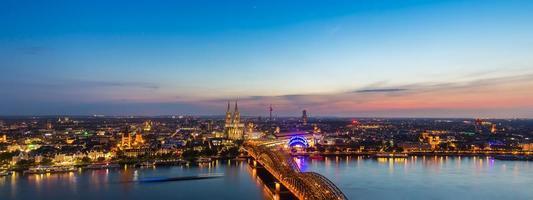 panoramisch uitzicht over Keulen bij zonsondergang