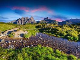 kleurrijke zomer zonsopgang in de Alpen van Italië