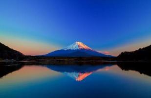 omgekeerd beeld van mount fuji bij zonsopgang foto
