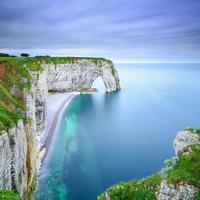 etretat, manneporte natuurlijke rotsboog en het strand. normandy, frankrijk